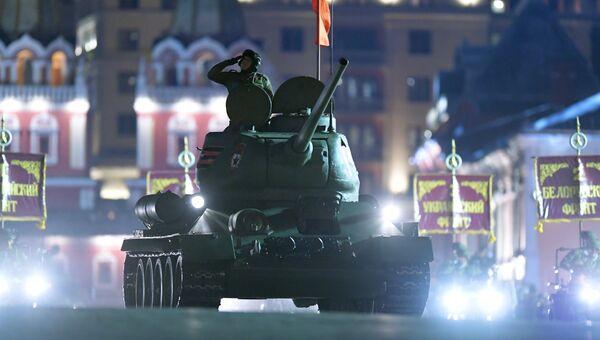 Танк Т-34-85 на репетиции военного парада на Красной площади, посвященного 73-й годовщине Победы в Великой Отечественной войне