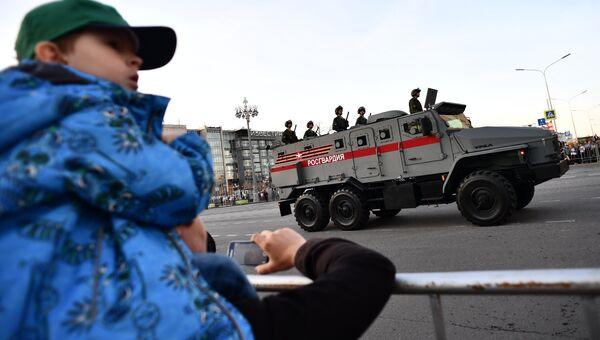 Бронеавтомобиль Урал  во время прохода по Тверской улице перед началом репетиции военного парада на Красной площади, посвященного 73-й годовщине Победы в Великой Отечественной войне