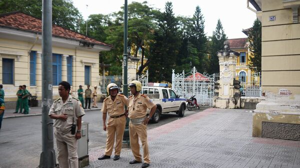 Вьетнамские полицейские у здания суда в Хошимине