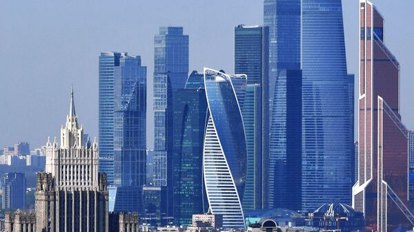 Вид на Московский международный деловой центр Москва-Сити и высотку на Баррикадной