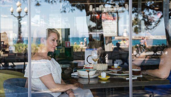 Посетительница кафе на набережной Ялты