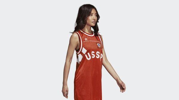 Девушка в майке с надписью USSR компании Adidas