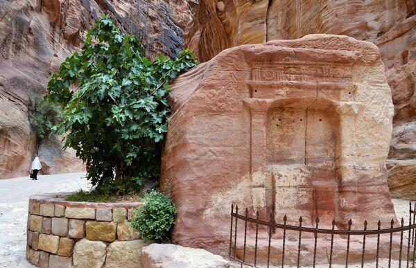 Обелиск в ущелье Сик в древнем городе Петра в Иордании