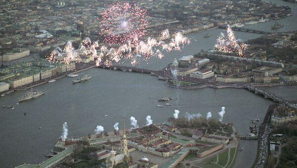 Праздничный салют над Санкт-Петербургом в день празднования 50-й годовщины Победы в Великой Отечественной войны