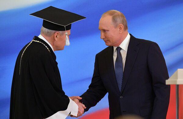 Избранный президент РФ Владимир Путин и председатель Конституционного суда РФ Валерий Зорькин (слева) во время церемонии инаугурации в Кремле
