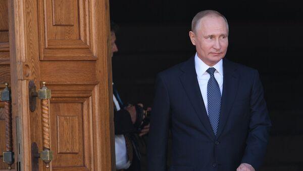 Президент РФ Владимир Путин выходит из Благовещенского собора после благодарственного молебна по случаю инаугурации. 7 мая 2018