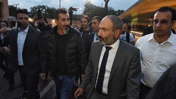 Кандидат в премьер-министры Армении, лидер оппозиции Никол Пашинян и рок-музыкант Серж Танкян  в Ереване