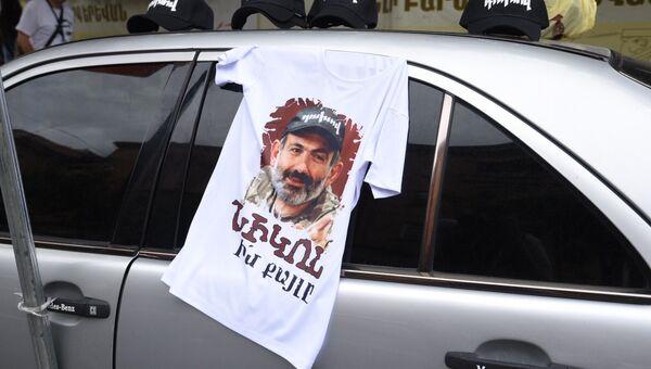 Автомобиль с футболкой с портретом Никола Пашиняна в Ереване. 8 мая 2018