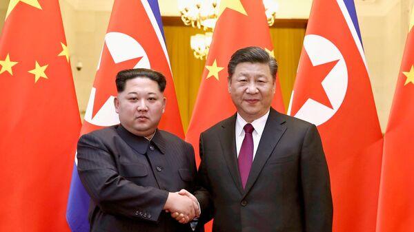 Лидер КНДР Ким Чен Ын и председатель КНР Си Цзиньпин. Архивное фото