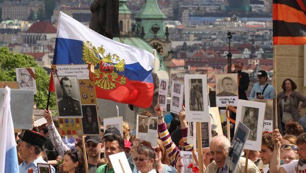 Участники акции Бессмертный полк во время шествия по улицам Праги