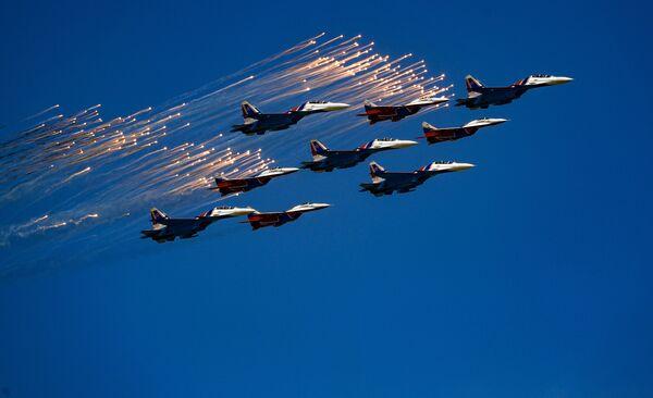 Многоцелевые истребители Су-30СМ пилотажной группы Русские Витязи и МиГ-29 пилотажной группы Стрижи во время воздушной части военного парада, посвященного 73-й годовщине Победы в ВОВ