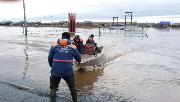 Сотрудники МЧС во время помощи пострадавщим в результате паводка в Амгинском районе Республики Саха (Якутия). 10 мая 2018