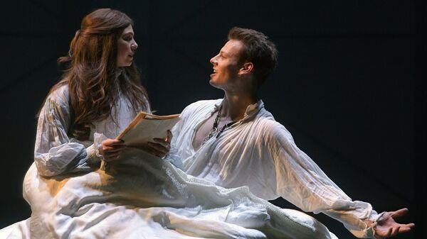 Дмитрий Власкин в роли Уилла Шексира и Таисия Вилкова в роли Виолы в сцене из спектакля Влюбленный Шекспир. 10 мая 2018