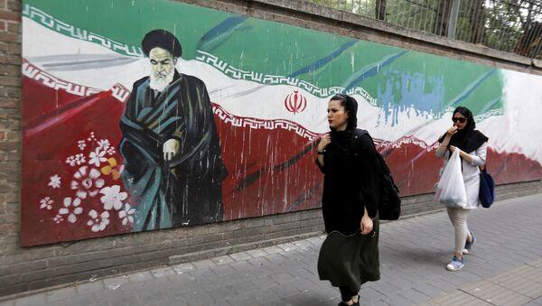 Мурал на стене бывшего посольства США в Тегеране, Иран. 8 мая 2018