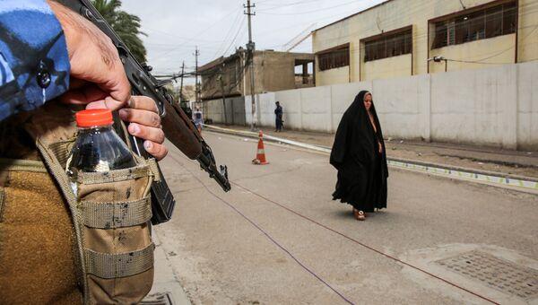 Сотрудник федеральной полиции Ирака возле избирательного участка в районе Каррада в Багдаде. Архивное фото