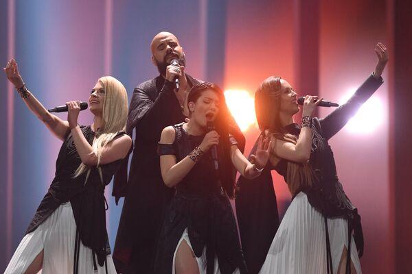 Участники из Сербии Саня Илич и группа Balkanika в финале конкурса Евровидение. 12 мая 2018