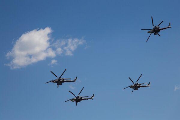 Вертолеты пилотажной группы Беркуты во время празднования 80-летия Центра показа авиационной техники им. Кожедуба на аэродрома Кубинка в Московской области