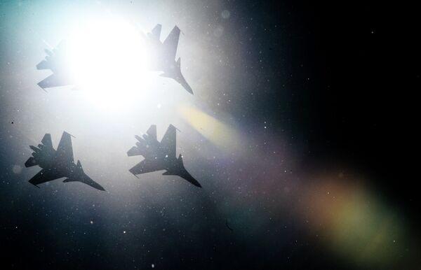 Истребители Су-30СМ пилотажной группы Русские Витязи во время празднования 80-летия Центра показа авиационной техники им. Кожедуба на аэродрома Кубинка в Московской области