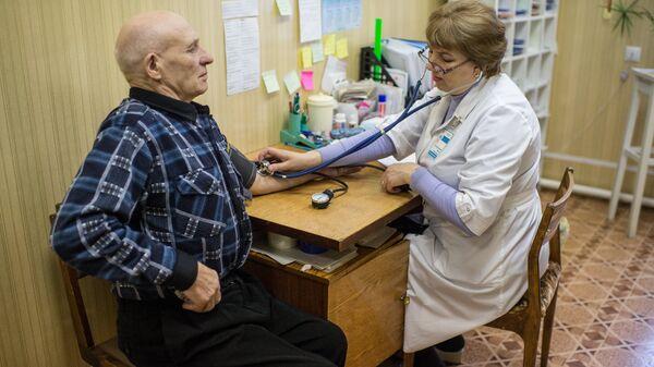 Житель села Литковка Омской области во время медицинского обследования