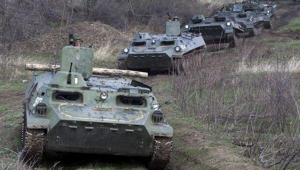 Многоцелевые транспортеры МТ-ЛБ во время тактических учений в Луганской области