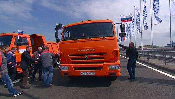 Путин за рулем КамАЗа промчался по Крымскому мосту