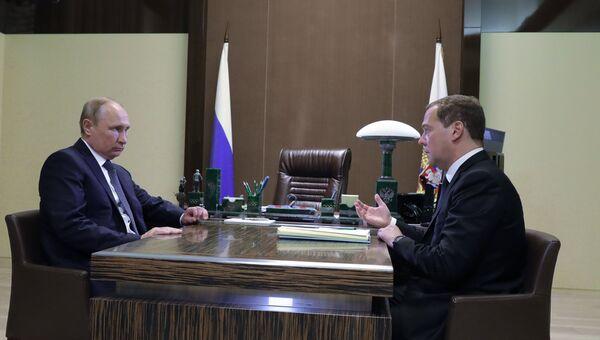 Президент РФ Владимир Путин и председатель правительства РФ Дмитрий Медведев во время встречи. 15 мая 2018
