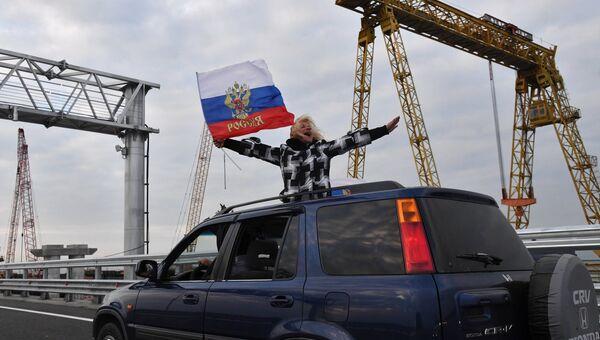 017849fa8d98 Автомобилист едет по автодорожной части Крымского моста. 16 мая 2018