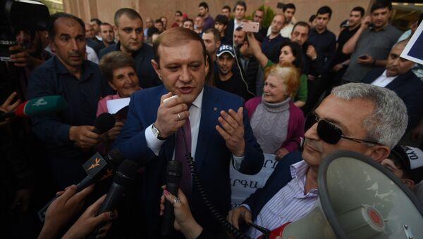Мэр Еревана Тарон Маргарян отвечает на вопросы журналистов у здания городской администрации. Архивное фото
