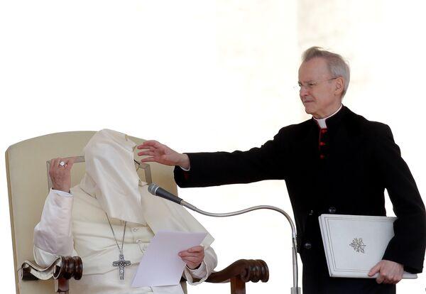 Порыв ветра сдувает мантию Папы Римского Франциска во время мессы на площади Святого Петра в Ватикане