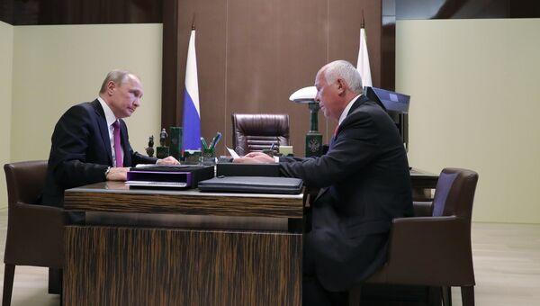 Президент РФ Владимир Путин и генеральный директор государственной корпорации Ростех Сергей Чемезов во время встречи. 17 мая 2018