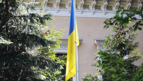 Флаг у здания посольства Украины в Москве. Архивное фото