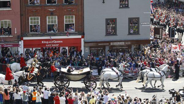 Экипаж с принцем Гарри и его женой Меган Маркл на улице в Виндзоре, Англия. 19 мая 2018
