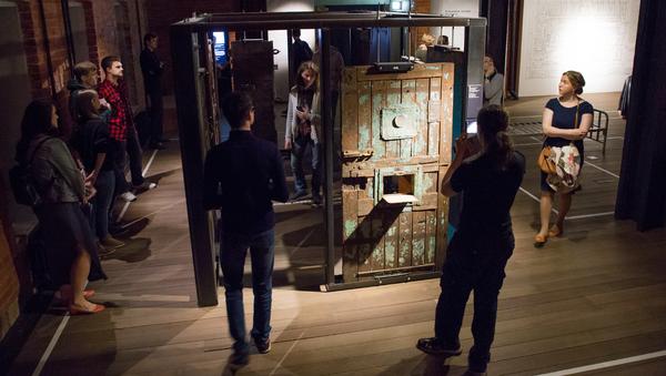 Волонтеры музея знакомили посетителей с экспозицией и следили за порядком в залах