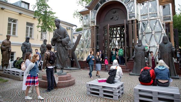 Добровольцы также отвечали за навигацию посетителей на площадках музея и проводили опросы