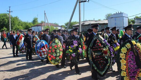 Похороны старшего сержанта полиции Кайрата Рахметова, погибшего при нападении на храм Архангела Михаила в Грозном. Архивное фото