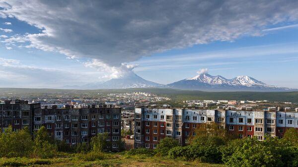 Вид на город Петропавловск-Камчатский на фоне Корякского и Авачинского вулканов