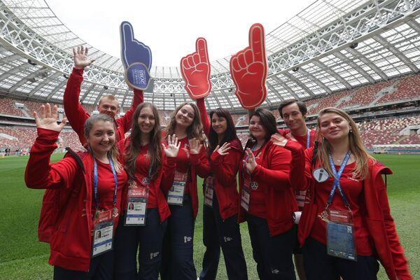 Волонтеры на поле Большой спортивной арены Лужники в Москве