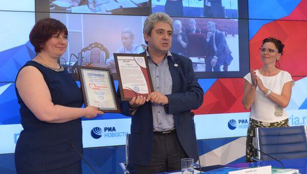 Руководитель проекта Социальный навигатор Наталья Тюрина и ответственный секретарь Координационного совета Национальной родительской ассоциации Алексей Гусев на церемонии награждения