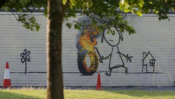 Граффити британского художника Бэнкси на стене начальной школы в Бристоле, своем родном городе