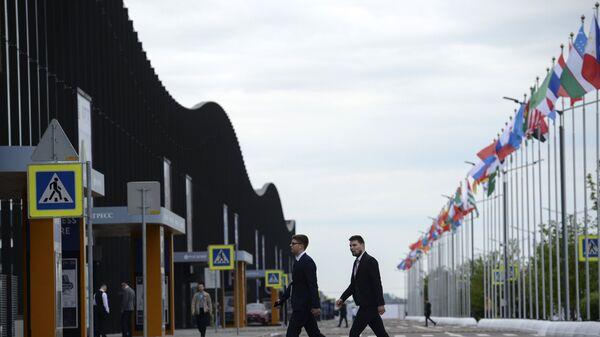 У конгрессно-выставочного центра Экспофорум накануне открытия Санкт-Петербургского международного экономического форума