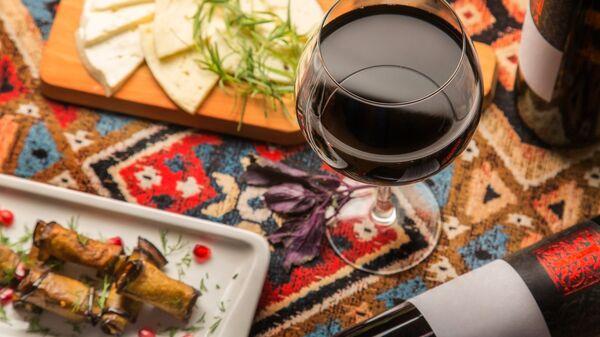 Бокал красного вина в грузинском ресторане