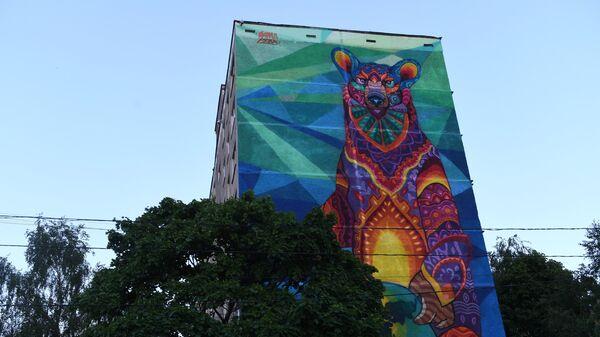 Граффити с медведем на стене девятиэтажного дома
