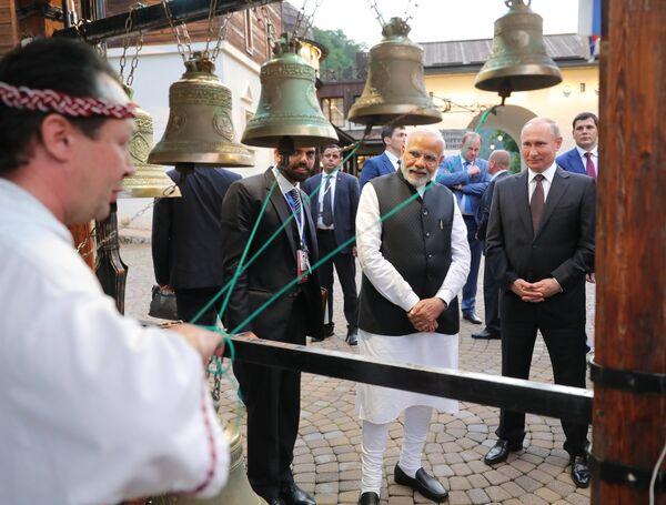 Президент РФ Владимир Путин и премьер-министр Республики Индии Нарендра Моди во время посещения культурно-этнографического центра Моя Россия