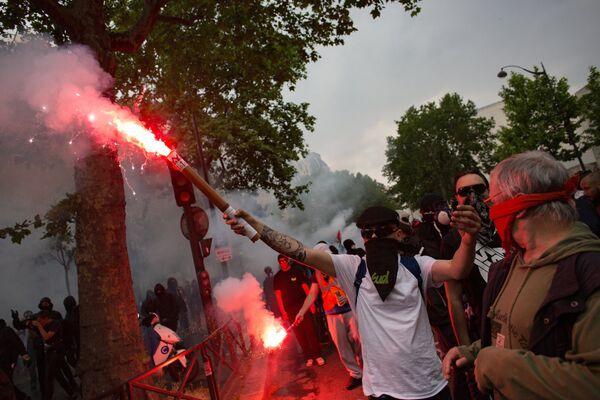 Участники демонстрации в Париже во время общенационального дня протеста французских государственных служащих против экономических реформ президента Франции Эммануэля Макрона