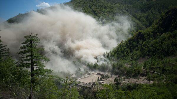 Подрыв шахты для ядерных испытаний №4 ядерного полигона Пхунгери на севере КНДР