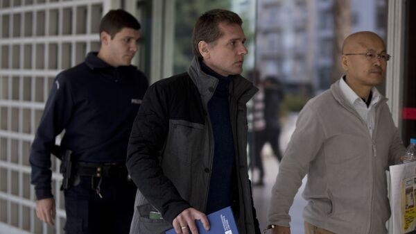 Полицейские сопровождают Александра Винника в Верховный суд Греции в Афинах. Архивное фото