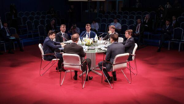Участники во время круглого стола Технологии жилья в рамках Петербургского международного экономического форума