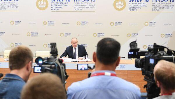 Советник президента РФ Антон Кобяков во время итоговой пресс-конференции на Петербургском международном экономическом форуме. 26 мая 2018