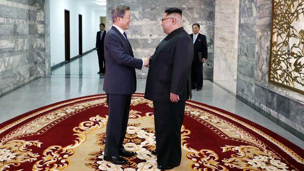 Президент Южной Кореи Мун Чжэ Ин и лидер КНДР Ким Чен Ын во время встречи в демилитаризованной зоне. 26 мая 2018