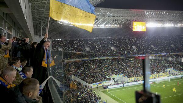 Президент Украины Петр Порошенко во время футбольного матча между сборными Украины и Словении. 14 ноября 2015